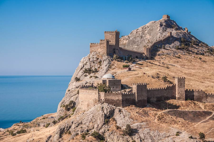 Генуэзкая крепость в городе