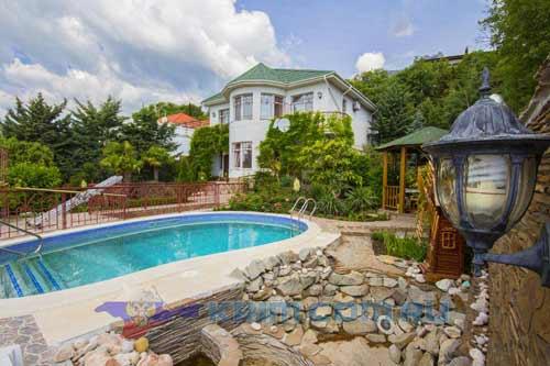 Красивый дом в горах с бассейном в посёлке Мисхор
