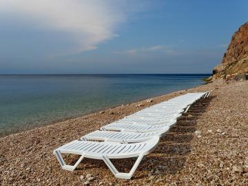 Шезлонги на пляжах Балаклавы